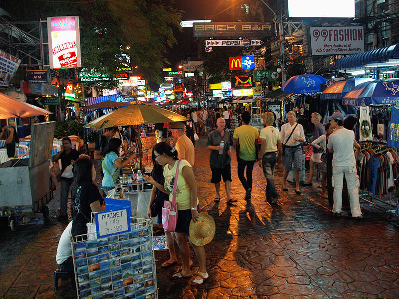 800px-Khao_San_Road_at_night_by_kevinpoh